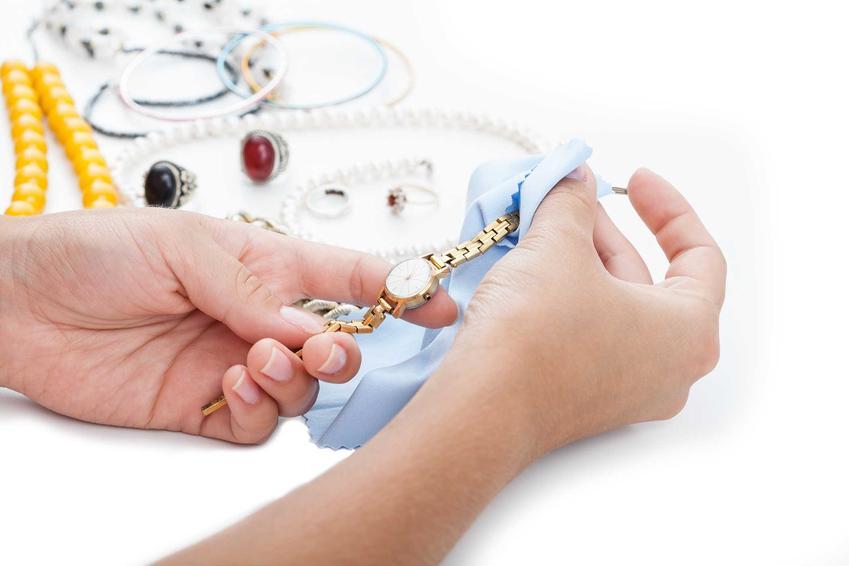 Czyszczenie złotego zegarka oraz porady, jak wyczyścić złoto oraz złoty pierścionek czy złoty łańcueszek