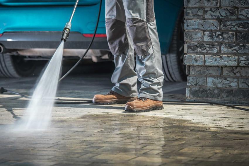 Czyszczenie kostki brukowej przez mężczyznę, czyli mycie kostki brukowej krok po kroku za pomocą myjki ciśnieniowej