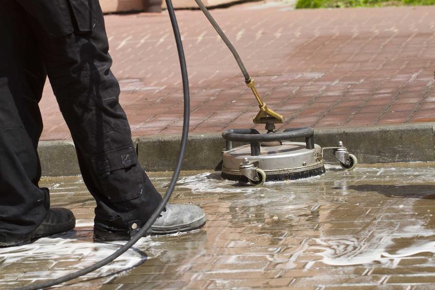 Preparat do czyszczenia kostki brukowej i urządzenie do czyszczenia obsługiwane przez mężczyznę - ogrodnika