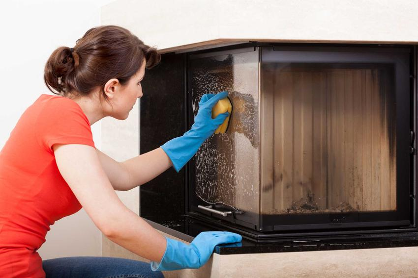 Czyszczenie kominka z sadzy przez kobietę, czyli najlepsze sposoby na usuwanie sadzy z kominka oraz preparaty na usuwanie sadzy