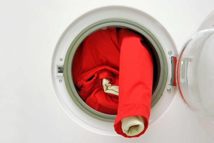 Pranie kurtki puchowej w pralce jest możliwe, jednakże może to być nieco niebezpieczne dla materiału i wypełnienia. Kurtka puchowa z pierza czasami wymaga odświeżenia