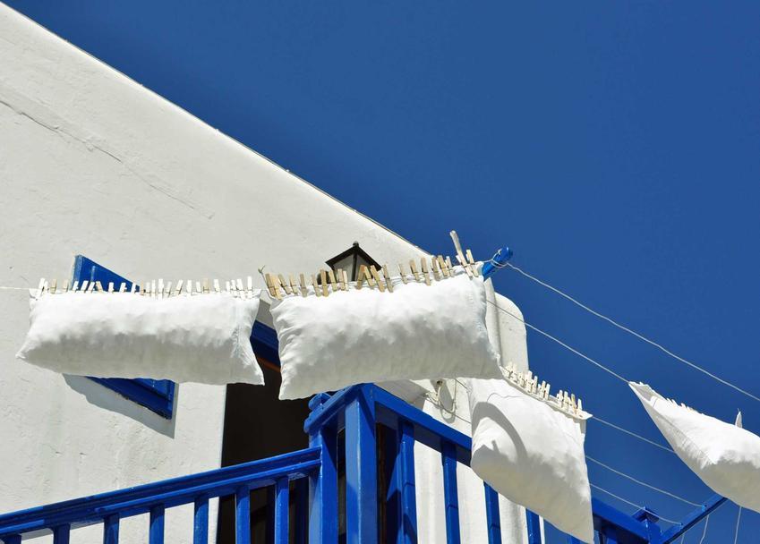 Po wypraniu poduszek należy je rozłożyć w przewiwenym miejscu, na przykład na balkonie, żeby dobrze wyschły pod wpływem powiewów wiatru.