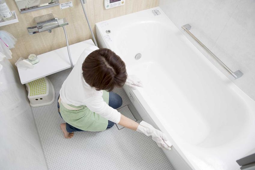 Mycie wanny akrylowej przez kobietę oraz porady, jak czyścić wannę akrylową i jak wybielić wannę