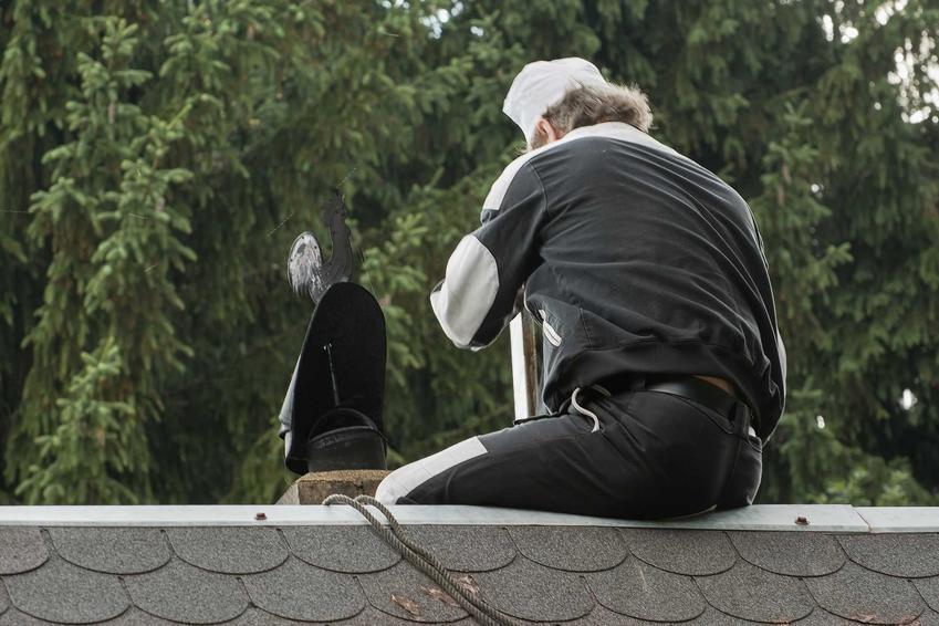 Czyszczenie komina ze smoły i z sadzy krok po kroku, czyli mechaniczne czyszczenie komina, a także inne sposoby na czyszczeni komina
