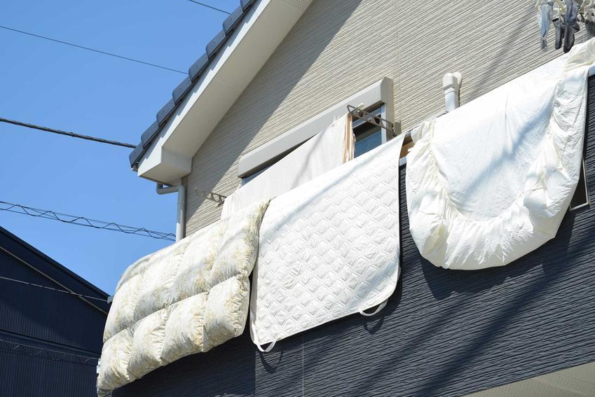 Aby wyprać kołdrę lub poduszkę z pierza, warto wybrać słoneczny dzień, by mogła dobrze wyschnąć wisząc na zewnątrz w słońcu i przy podmuchach wiatru.
