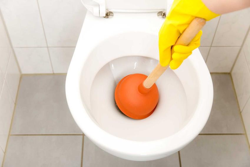 Zatkany kibel czy też zatkana toaleta odpychana za pomocą przepychaczki oraz porady, jak odetkać kibel