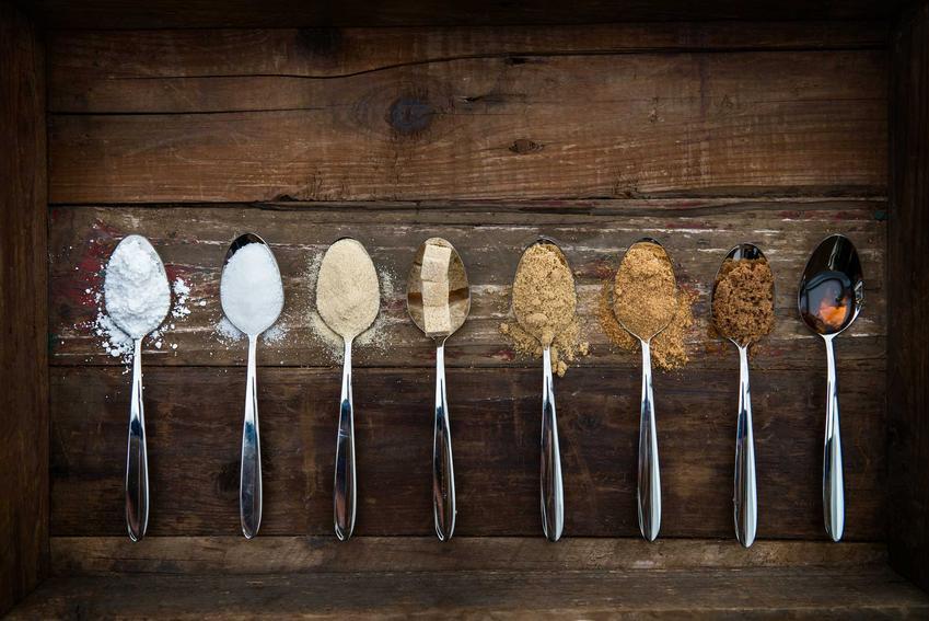 Łyżki z różnymi produktami oraz informacje, ile gram ma łyżka stołowa i ile gram ma łyżeczka w zależności od produktu
