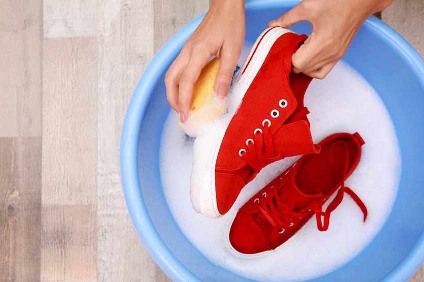 Niektórych rodzajów butów nie można prać w pralce, ponieważ wysoka temperatura może zniszczyć delikatny materiał i powodować odbarwienia. Należy je prać ręcznie w niewielkiej ilości wody