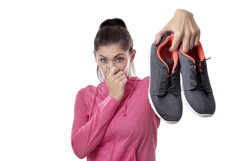 Śmierdzące buty i kobieta zatykająca nos, a także sposób na śmierdzące buty i odświeżanie butów krok po kroku