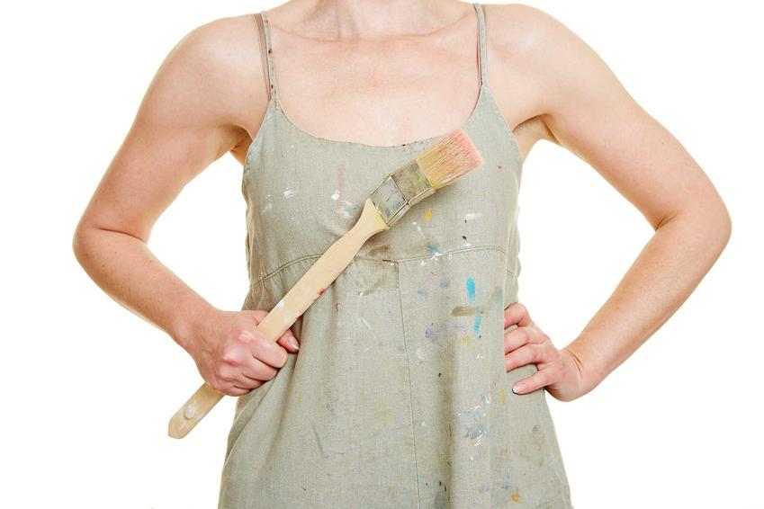 Sukienka ubrudzona farbą oraz porady, jak usunąć farbę z ubrania i jak sprać farbę z ubrania, czyli wywabianie plamy z farby czy usuwanie farby olejnej