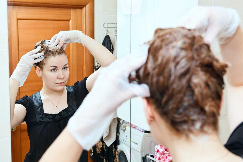 Kobieta farbująca włosy oraz porady, czym zmyć farbę do włosów ze skóry, jak zmyć farbę do włosów, czyli zmywanie farby krok po kroku