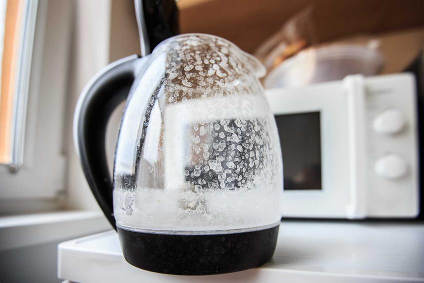Zabrudzony czajnik, czyli odkamienianie czajnika octem i czyszczenie czajnika octem oraz porady, jak usunąć kamień z czajnika elektrycznego