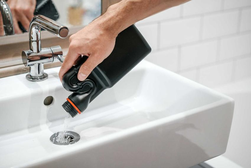 Środek do udrażniania rur wsypywany do zlewu oraz środek do przeczyszczania rur, a także czyszczenie rur sodą i udrażnianie rur sodą