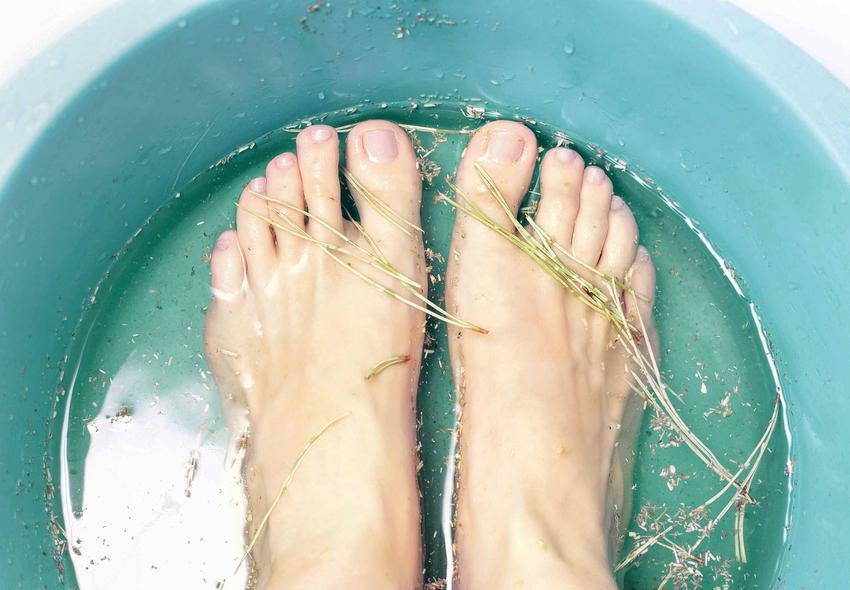 Moczenie stóp w misce z ziołami, czyli domowe sposoby na grzybicę paznokci, a także naturalne metody, jak leczenie czosnkiem