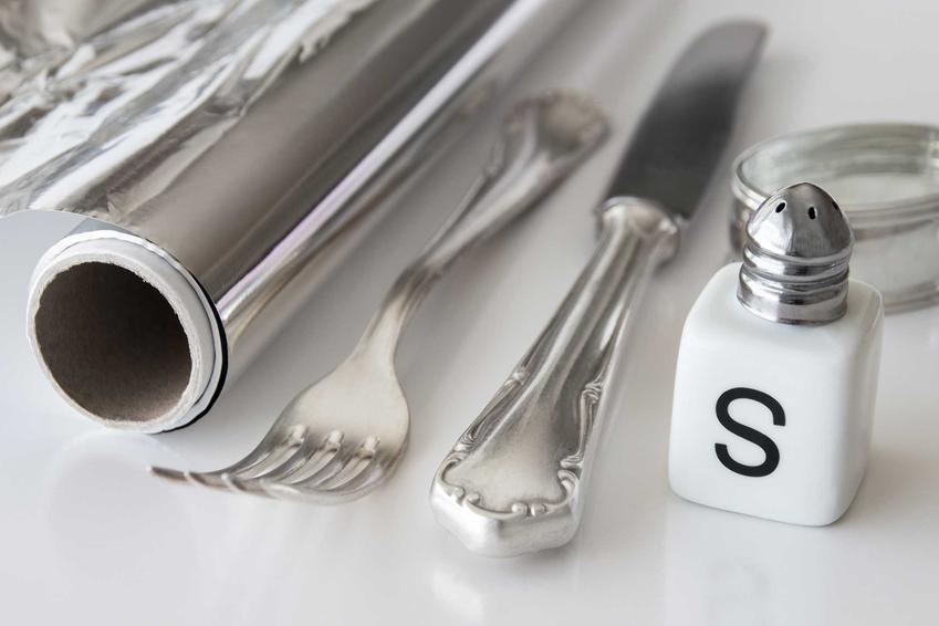 Czyszczenie srebra z pomocą soli i folii aluminiowej nie jest trudne i pozwala uzyskać niezwykły blask, który sprawia, że sztućcei biżuteria są czyste i w idealnym stanie