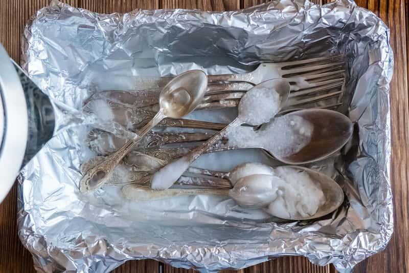 Czyszczenie srebra z użyciem folii aluminiowej to sposób, który świetnie się sprawdza, jeśli chcesz mieć błyszczące srebrne sztućce.