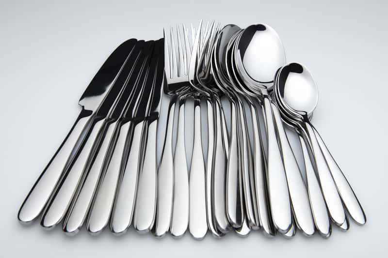 Czyszczenie srebra colą to dobry sposób na usunięcie zabrudzeń i zacieków ze sztućców na dobre.
