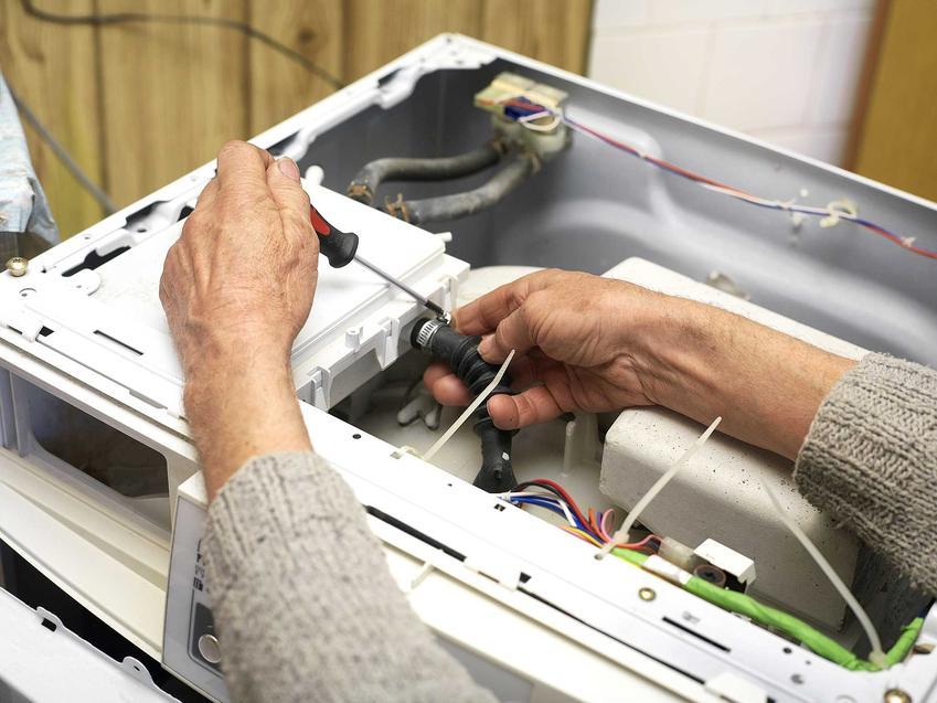 Jeśli pralka nie wiruje, najprawdopodobniej trzeba wezwać specjalistę i naprawić system wirowania oraz odprowadzania wody z pralki