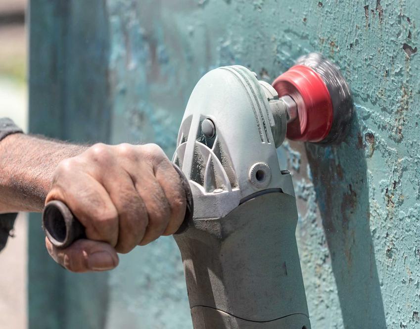 Usuwanie farby olejnej ze ściany metodą mechaniczną polega na usunięciu płatów farby z użyciem szczotki drucianej lub specjalnego urządzenia, które ułatwia usuwanie farby