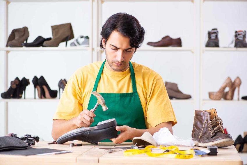 Rozbijanie butów młotkiem oraz oraz inne domowe sposoby na obcierające buty na pięcie oraz specjalne preparaty na rozciąganie butów
