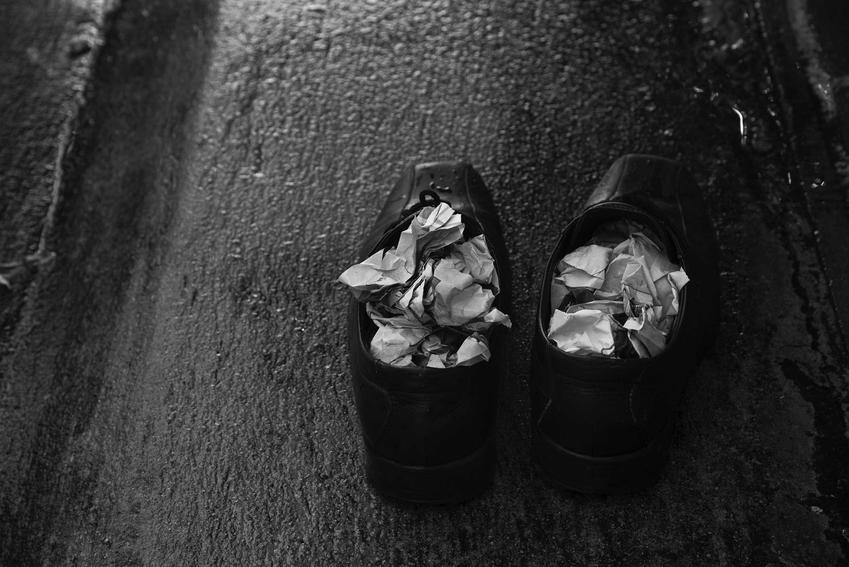 Gazeta w skórzanych butach oraz inne porady na to, jak rozciągnąć skórzane buty krok po kroku domowymi sposobami