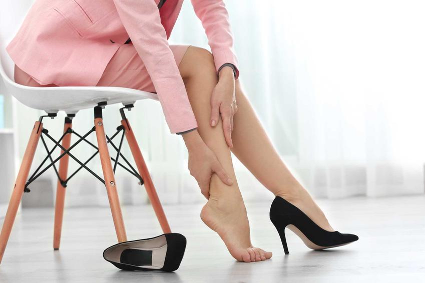 Kobieta z obolałymi stopami oraz porady, jak rozbić skórzane buty i jak rozciągnąć skórzane buty krok po kroku
