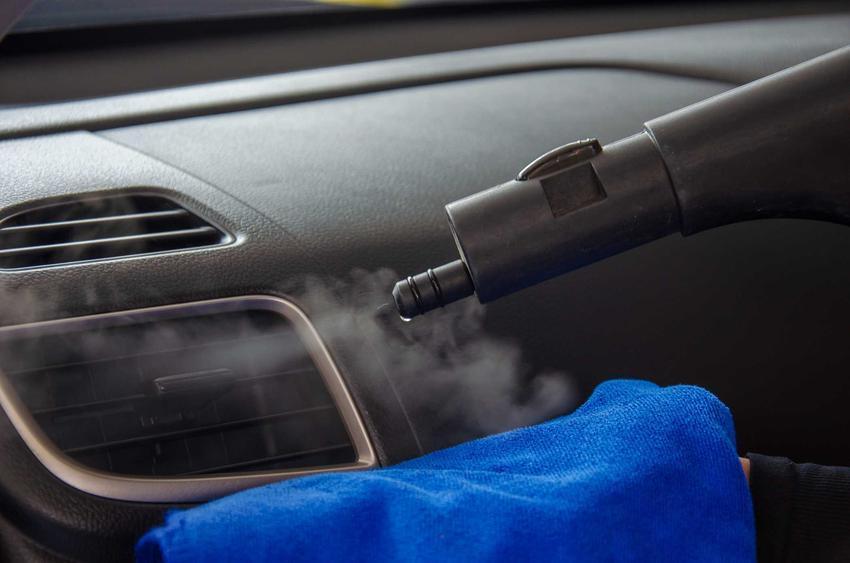Czyszczenie klimatyzacji w samochodze za pomocą pary wodnej jest konieczne, by usunąć wszystkie zarazki, bakterie i zabrudzenia. To pomaga utrzymać ją w czystości.
