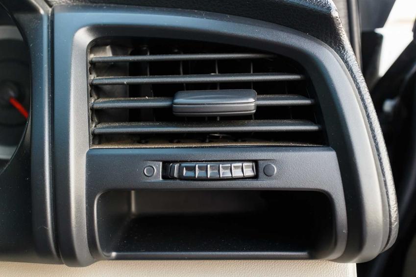 Czyszczenie parownika i klimatyzacji w samochodzie jest konieczne, ponieważ często zbierają się w niej zabrudzenia, bakteriei grzyby.