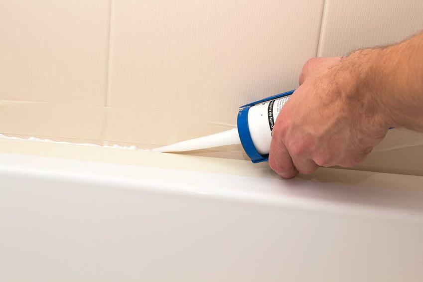 Silikon w łazience oaz porady na temat tego, czym rozpuścić silikon i czym zmyć silikon z płytek i fug
