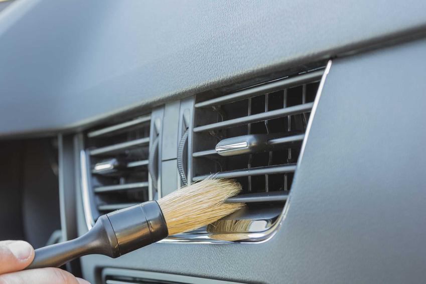 Czyszczenie klimatyzacji w samochodzie jest możliwe za pomocą specjalnych szczotek, pędzelków i odpowiednich detergentów i środków do dezynsekcji.