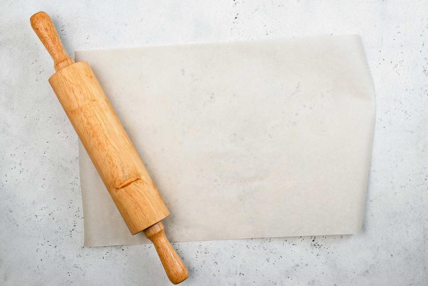 Wałek i papier do pieczenia oraz porady czym zastąpić papier do pieczenia i co wybrać zamiast papieru do pieczenia