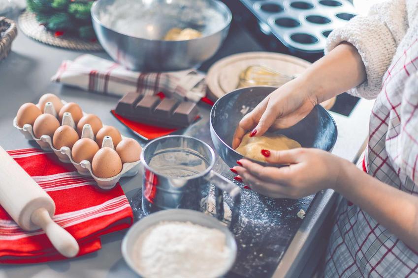 Kobieta podczas wyrabiania i pieczenia ciasta oraz porady, czym zastąpić proszek do pieczenia w domowych słodkich i słonych wypiekach
