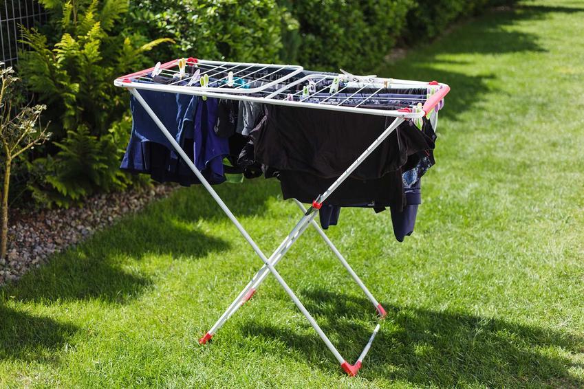 Suszarka do ogrodu to jedno z najlepszych rozwiązań. Wiele ubrań najlepiej suszyć w ogrodzie, by nabierały zapachu i słońca.