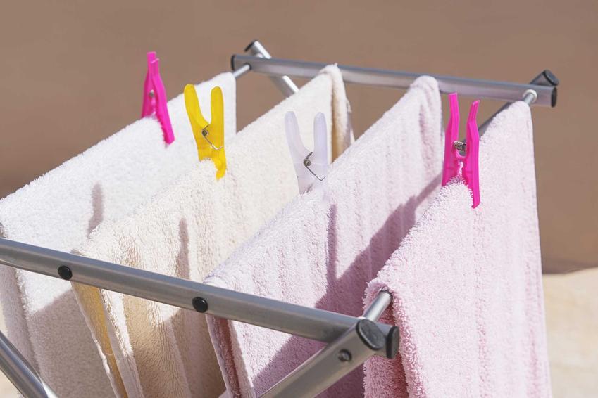 Suszarka na pranie montowana do ściany to świetne rozwiązanie. Może być wygodna w zastosowaniu i zajmuje mało miejsca, co dobrze się sprawdza w małej łazience.