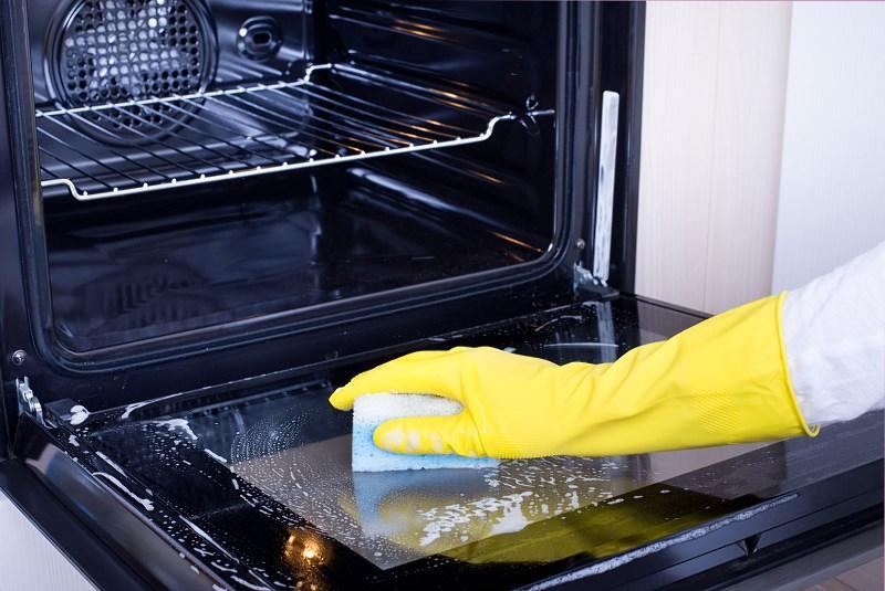 Najlepsze sposoby na czyszczenie piekarnika wykorzystują sodę i ocet - to domowe sposoby o dużej skuteczności