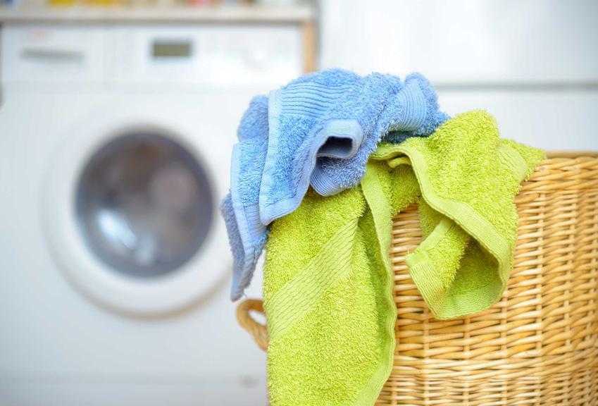 Jest kilka sposobów na to, jak prać ręczniki, by były miękkie i chłonne. Nie powinny mieć zbyt wysokiej temperatury i należy do nich dodać płyn do płukania