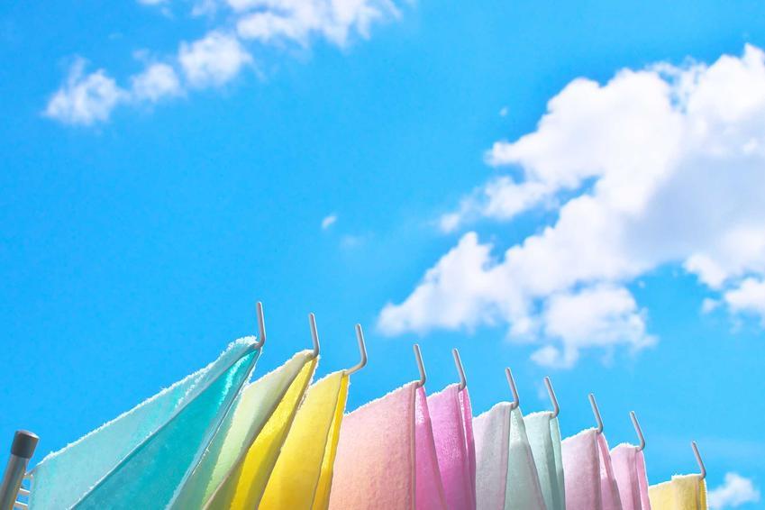 Suszenie ręczników na świeżym powietrzu jest najlepszym rozwiązaniem. Powinno się to zrobić w zacienionym miejscu. Można także wykorzystać suszarkę bębnową.