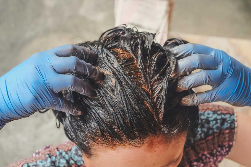 Hennowanie włosów przez kobietę, czyli farbowanie włosów henną krok po kroku, sposoby i domowe hennowanie