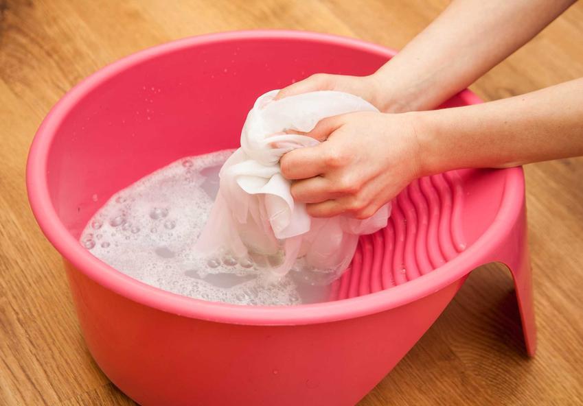 Pranie ręczne oraz plamy z truskawek i porady jak sprać truskawki, czy wywabianie plam z truskawek krok po kroku