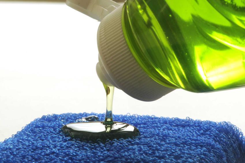 Płyn do mycia naczyń jest potrzebny w domu na co dzień. W każdym sklepie znajduje się ogromny wybór różnego rodzaju produktów i marek, zapachów czy konsystencji.