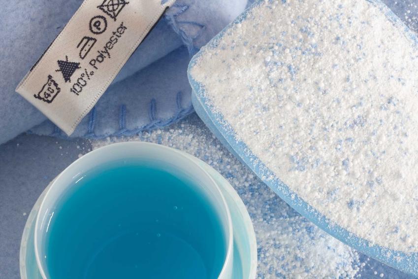 Pranie poliestru i innych włókien syntetycznych w pralce powinno być ostrożne. Materiały są wytrzymałe, ale nie mogą mieć zbyt wysokiej temperatury.