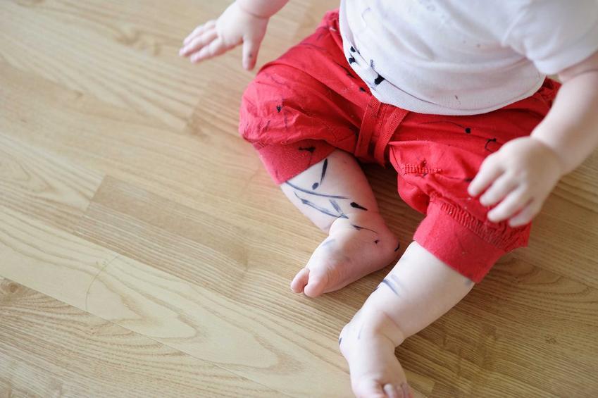 Plamy z tuszu z długopisu lub mazaka to częsta przypadłość dzieci. Plamy są trudne do usunięcia, jednak domowe sposoby dają radę.