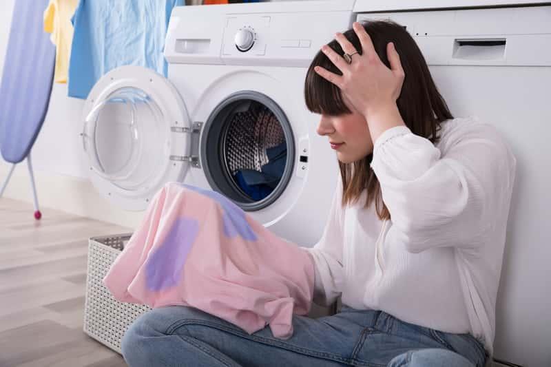 Plamy z tuszu można usunąć domowymi sposobami, jednakże trzeba zastosować odpowiednie detergenty do usuwania plam.