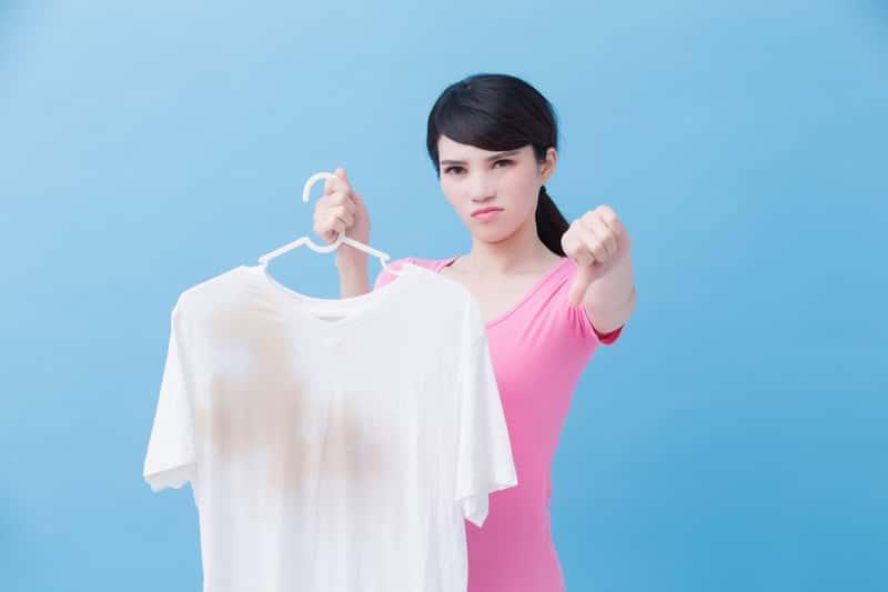 Plamy z tłuszczu na ubraniach nie są łatwe w usuwaniu, do prania ich potrzebny jest detergent.