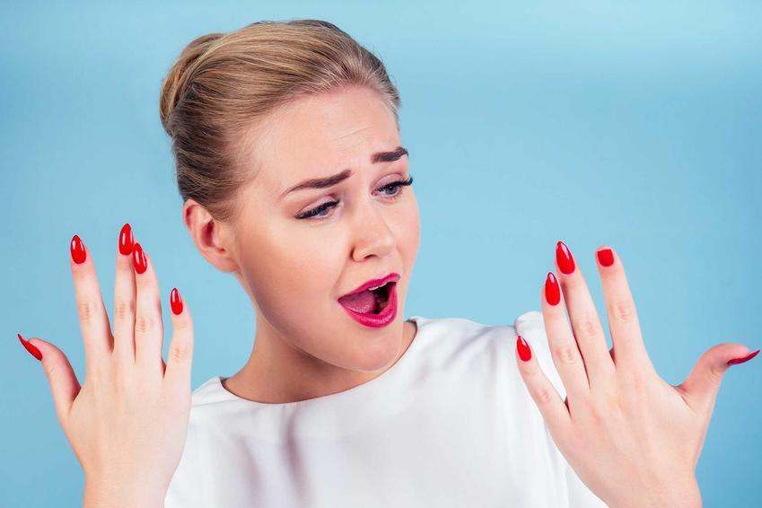 Kobieta ze złamanym paznokciem, czyli pękające paznokcie u rąk oraz przyczyny i leczenie, wzmacnianie paznokci krok po kroku