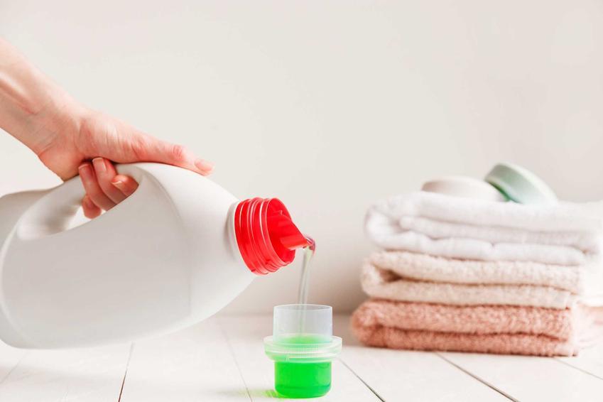 Pranie ręczników z mikrofibry może potrzebować zastosowania niższej temperatury i płynu do prania lub proszku i płynu do płukania.