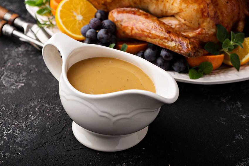 Sos mięsny w sosjerce oraz porady, jak zagęścić sos mąką, czyli zagęszczanie sosu mąką krok po kroku i inne porady