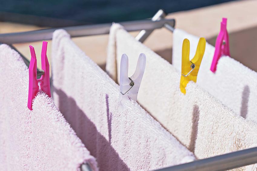 Suszarka zaokienna to najlepszy sposób na błyskawiczne wysuszenie prania przez mieszkańców bloku. Jest mała i kompaktowa, a jej ceny nie są wysokie.