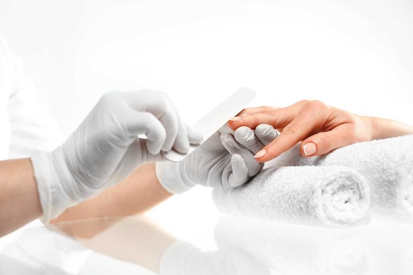 Piłowanie paznokci oraz porady jak zdjąć tipsy i jak usunąć tipsy plastikowe czy akrylowe w domu krok po kroku