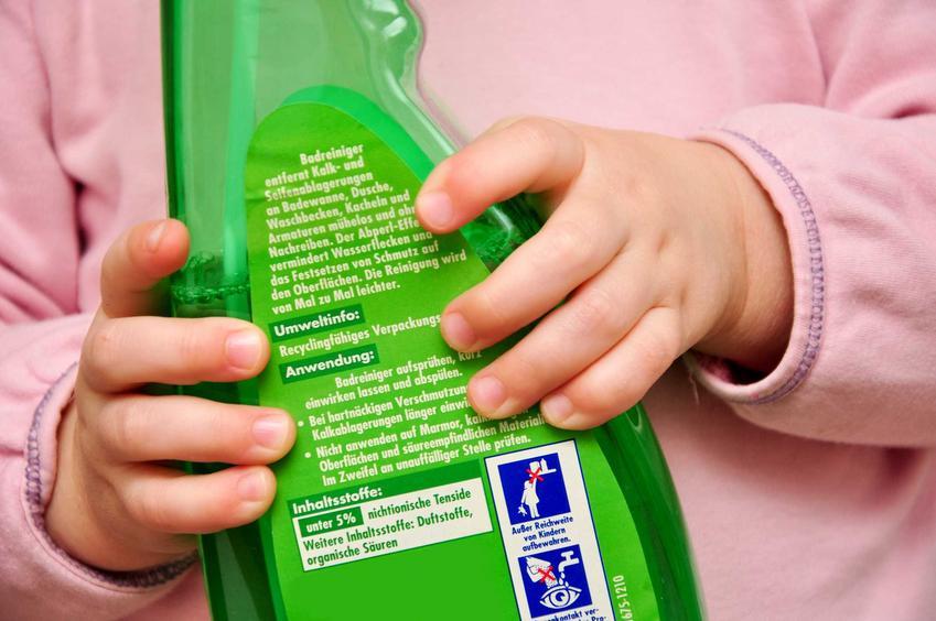 Większość popularnych środków czystości ma w swoim składzie żrące substancje. Dlatego należy ich unikać - mogą być niebezpieczne w kontakcie ze skórą, a zwłaszcza oczami.